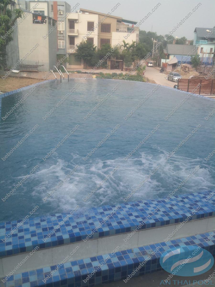 Bể bơi bên cạnh sân vườn