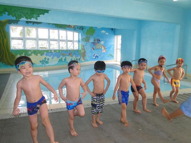 Cho trẻ khởi động trước khi bơi