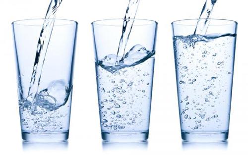Uống đủ nước trước khi đi bơi