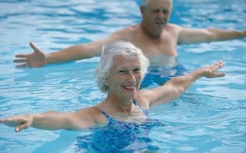 Giam đau xương khớp hiệu quả nhờ bơi lội với người cao tuổi