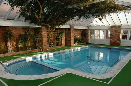 Tạo dựng không gian bơi lội tươi mát cùng thảm cỏ nhân tạo